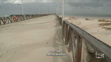 Avanço da areia danifica trechos do calçadão da orla de São Luís, MA - Avanço da areia danifica trechos do calçadão da orla de São Luís, MA