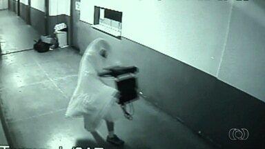 Ex-secretários 'fantasmas' devem responder por peculato após furto - Vestidos com lençóis, eles furtaram itens da prefeitura de Novo Gama.