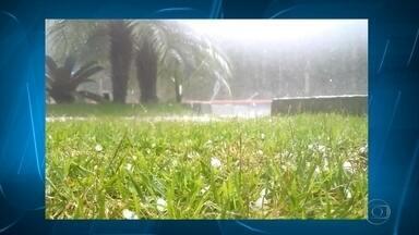 Região Noroeste de Belo Horizonte tem queda de granizo - Chuva forte atingiu pontos da capital na tarde desta terça-feira (10).