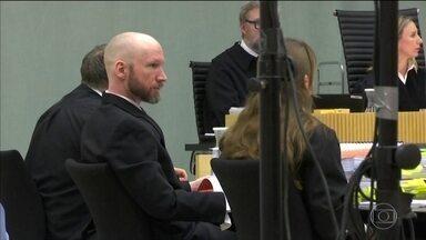 Preso que tem três celas, videogame e TV acusa Noruega de maus-tratos - Ele alega que passa por muitas revistas e não conversa com ninguém. Anders Breivik matou 77 pessoas; no tribunal, fez saudação nazista.