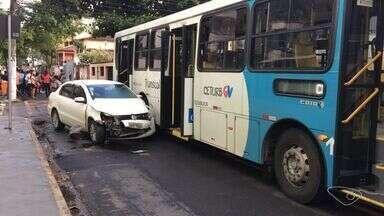 Ônibus e carro colidem em cruzamento em Jardim Camburi - Motorista do coletivo contou que automóvel entrou sem parar no cruzamento.Acidente aconteceu na manhã desta quinta (12); ninguém ficou ferido.
