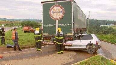Batida entre carro e carreta em trevo mata motorista em Varginha (MG) - Batida entre carro e carreta em trevo mata motorista em Varginha (MG)