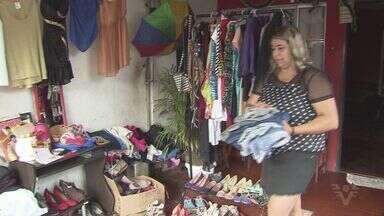 Desempregada, mulher abre bazar no quintal de casa em Cubatão - Ela resolveu vender roupas novas e usadas. A ideia foi compartilhada nas redes sociais e ela conseguiu a ajuda de comerciantes.