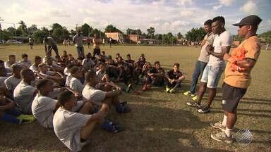 Conheça projeto social desenvolvido em Simões Filho por Paulão, zagueiro do Internacional - Trabalho ajuda dezenas de jovens carentes e tem descoberto talentos no futebol.