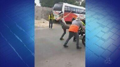 Motociclista chuta servidor da SMTU após ter veículo apreendido no AM - Agressão foi filmada por populares.
