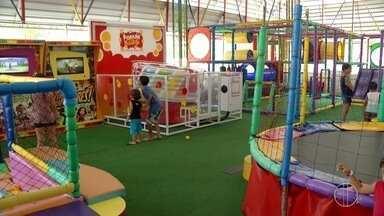 Crianças se divertem em espaço recreativo durante as férias em Campos, no RJ - Assista a seguir.