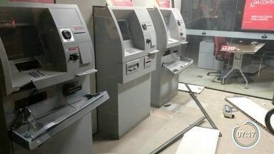 Quadrilha explode caixas eletrônicos em Bom Jesus dos Perdões, SP - Ninguém foi preso e, segundo a polícia, nenhuma quantia foi furtada.