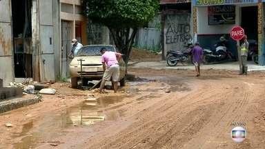Chuva forte deixa ruas cheias de lama e causa estragos em Francisco Morato - Em alguns lugares a água chegou a 1,70 metro. Durante a madrugada moradores e comerciantes começaram a limpeza e contabilizaram os prejuízos.
