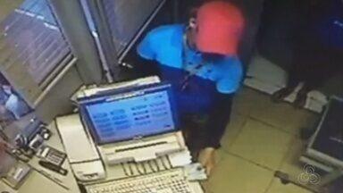 Suspeitos assaltam lotérica em Macapá; câmeras de segurança flagram a ação dos bandidos - Dupla armada invadiu local, rendeu funcionários e levou dinheiro dos caixas.