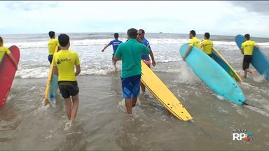 """""""Surf Camp"""" reúne jovens de todo o país para aprender surfe no litoral do Paraná - A Redação Móvel de Verão mostra uma programação diferente para as férias na praia de Shangrilá, em Pontal do Paraná. É uma escola de surfe que recebe jovens de várias partes do Brasil."""