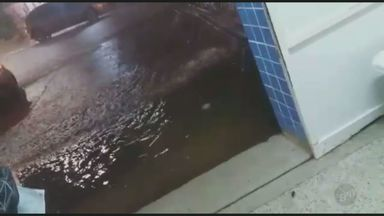 Água invade unidade da UPA após fortes chuvas em Piracicaba - A Unidade de Pronto Atendimento (UPA) da Vila Sônia foi afetada pela água por volta das 20h de terça-feira (18).