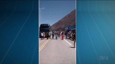 Brasileiros ficam ilhados por dias em estrada da Argentina - Eles voltavam de ônibus para o Brasil e a estrada ficou bloqueada por causa de um deslizamento de terra. Nesta quarta-feira (18) eles conseguiram seguir viagem.