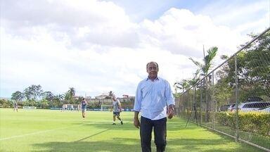 Mano Menezes recebe visita ilustre de Dirceu Lopes na Toca da Raposa II - Ex-jogador cruzeirense conversou com Mano Menezes e com o novo elenco estrelado para a temporada