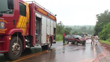 Acidente interrompe tráfego na rodovia entre o Heimtal e a Warta - Três pessoas tiveram ferimentos leves. Foi na PR-545, e chovia na hora do acidente, que envolveu dois carros.