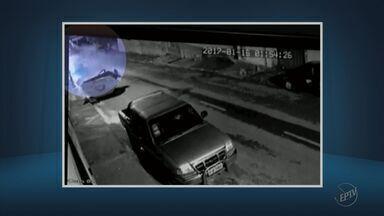Carro desgovernado bate violentamente contra caçamba em Lavras (MG) - Carro desgovernado bate violentamente contra caçamba em Lavras (MG)