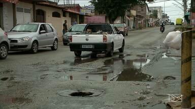 Moradores reclamam de falta de infraestrutura em bairro em São Luís, MA - Moradores e comerciantes do bairro Jordoa reclamam das condições do esgoto e da lama que incomoda todos por conta do mau cheiro.