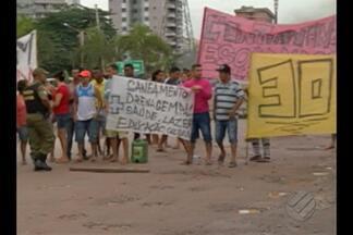 Moradores fazem protesto na avenida Augusto Montenegro, em Belém, nesta quarta (18) - Comunidade diz que ruas estão abandonadas pelo poder público, cheias de buracos, lama e mato alto. A via foi liberada no fim da manhã.