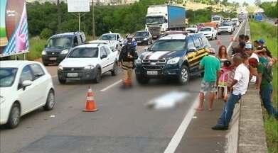 Menino morre ao tentar atravessar rodovia com a família na Paraíba - O menino atravessava com a mãe e o irmão de colo quando a sandália do mais novo caiu e ele voltou para tentar pegar.