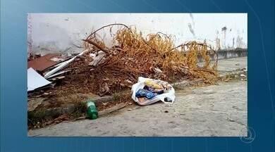 Moradores pedem retirada de lixo próximo a condomínio, em Tambiá - Lixo é despejado em rua sem saída.