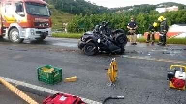 Duas mulheres morrem após carro ser prensado entre dois caminhões - Duas mulheres morrem após carro ser prensado entre dois caminhões
