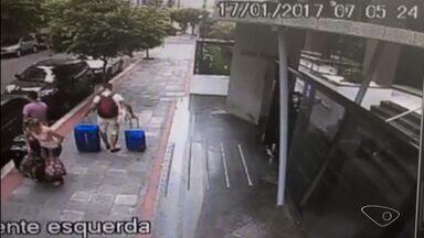 Criminosos assaltam turista e roubam carro em Vila Velha, ES - Crime foi flagrado por câmera de videomonitoramento.
