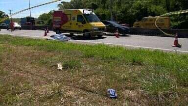 Homem morre atropelado por caminhão na Rodovia do Sol, no ES - Vítima aparentava ter cerca de 30 anos, tinha dinheiro na carteira e celular.Segundo testemunhas, o motorista não prestou socorro e fugiu do local.