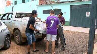 Voluntários distribuem cestas básicas para funcionários de hospital que estão sem receber - Desde novembro os funcionários não recebem salário.