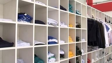 Pais começam a pesquisar uniformes escolares e comerciantes têm boas expectativas - A busca por uniformes escolares já começou. Muitos pais já estão indo às lojas a procura de um bom preço. Já os comerciantes estão otimistas e esperam superar as vendas do ano passado.