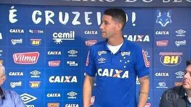 Principal contratação do Cruzeiro para a temporada é apresentada - Thiago Neves vestiu a camisa do clube e alfinetou o rival na primeira entrevista na Toca da Raposa.