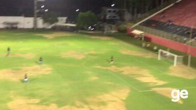Gramado do Barradão apresenta manchas amareladas - Vitória joga no estádio contra o Atlântico na noite desta quarta (18).