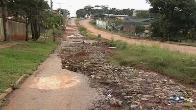 Moradores reclamam de buraco em avenida de Goiânia - Segundo eles, problema existe desde novembro de 2016 e só piora com as chuvas.
