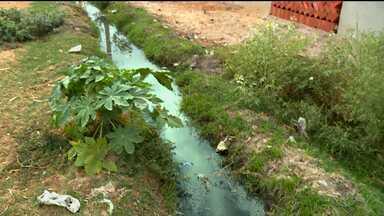 Moradores do Dom Avelar sofrem com problemas com esgoto - Eles reclamam do mau cheiro e transtornos causados pelo esgoto