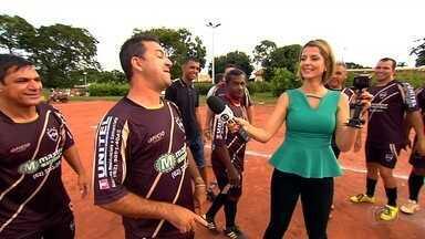 """""""Vem, Thaís!"""" visita pelada de amigos no setor Solange Park - Quadro do Globo Esporte acompanha jogo no campo do bairro"""