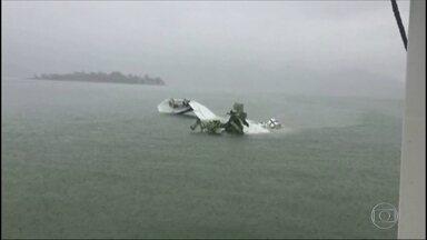 Polícia Federal e equipes da Aeronáutica investigam causas do acidente em Paraty - Testemunhas que viram o momento da queda falaram sobre o acidente.