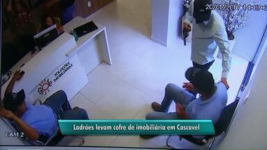 Bandidos armados obrigam funcionarios a carregar o cofre da empresa - Eles chegaram dizendo que iam entregar currículo e logo deram voz de assalto