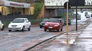 Chuva rápida alaga Avenida Nações Unidas em Bauru mais uma vez - Mais uma vez a Avenida Nações Unidas, em Bauru (SP), foi interditada por causa da chuva. No fim da tarde desta sexta-feira (20), uma chuva rápida que atingiu a cidade alagou o trecho próximo ao viaduto da antiga Fepasa. O local ficou interditado por aproximadamente 30 minutos.