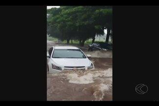 Bombeiros registram alagamentos e queda de árvores em Uberlândia - Registros foram feitos durante chuva na tarde de sábado (21). Motorista ficou preso em rua alagada no Bairro Brasil.