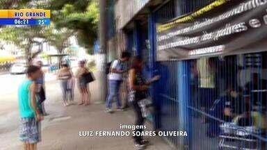 INSS em Porto Alegre é fechado após surto de homem - Ele quebrou vidraças da agência.