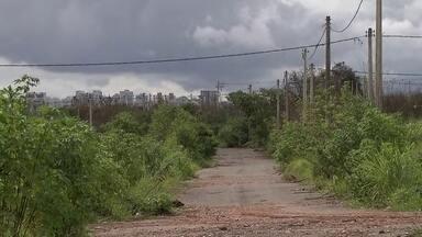 Moradores que compraram lotes no Guará cobram infraestrutura na região - O sonho da casa própria parece distante para um grupo, que participou de licitações e adquiriram terrenos no Guará II. Na conhecida Cidade do Servidor, não tem nem poste de luz.