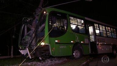 Polícia prende dois bandidos que agrediram cobradora e motorista durante assalto - Três homens assaltaram um ônibus na Rodovia Anhanguera, no sentido capital. Eles agrediram a cobradora, o motorista e o ônibus bateu em um poste. Até agora, dois bandidos foram presos.