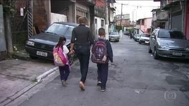 Estudantes não conseguem transferência para escolas municipais em SP - Pais reclamam que apesar do pedido, não conseguem transferir os filhos. Os irmãos estudam em escolas diferentes e distantes, o que leva a família a mudar a rotina, além de gerar atrasos.
