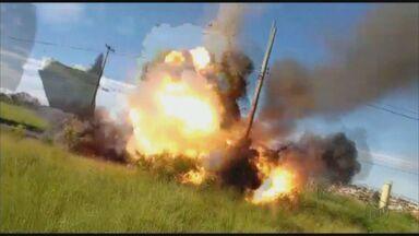 Carro pega fogo e explode em Campinas, SP - Veículo estava sendo levado para a oficina quando incêndio começou.