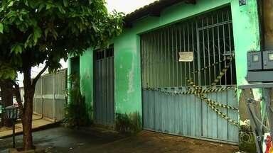 Polícia investiga morte de mãe e filha dentro de casa, em Goiânia - Corpos foram encontrados nesta manhã.