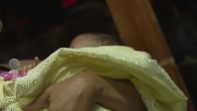 Mulher é presa ao tentar sequestrar bebê de um ano em Samambaia - Uma mulher roubou o bebê de um mês da vizinha, em Samambaia, e tentou pegar um transporte pirata em Taguatinga para fugir com a criança.