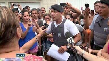 Grupo protesta em frente ao Batalhão de Cachoeiro pelo fim da paralisação da PM, no ES - Grupo protestou pedindo que policiais voltassem para a rua. Tenente-coronel Caus confirmou que policiamento voltaria ao normal.