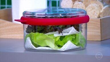 Talo da alface tem substância indutora do sono e calmante - Para que as verduras durem mais, lave e seque antes de guardar na geladeira. O papel toalha também ajuda a retirar a umidade e preservar a alface.