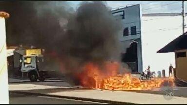 Veículo pega fogo no Bairro Maracanã, em Piracicaba - O motorista estava passando pela Avenida Rio das Pedras quando começou a sair fumaça do motor do veículo, e em seguida as chamas tomaram conta do carro.