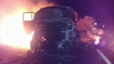 Caminhão pega fogo na BR-376 na madrugada desta sexta-feira - Foi no sentido Telêmaco Borba e o motorista não se feriu