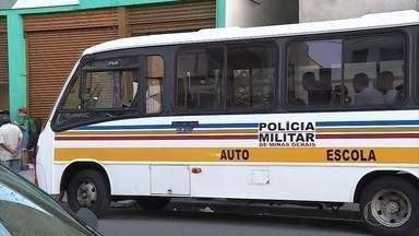 Presos que seriam levados para Ceflan, em BH, têm que aguardar vaga em ônibus - Local estava superlotado nesta sexta-feira (10).