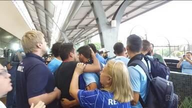 Torcedores do Londrina protestam contra o time na chegada ao aeroporto - Após eliminação na Copa do Brasil, diretoria estuda multar o time